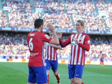 Koke y Torres celebran un gol en el Calderón ante el Granada