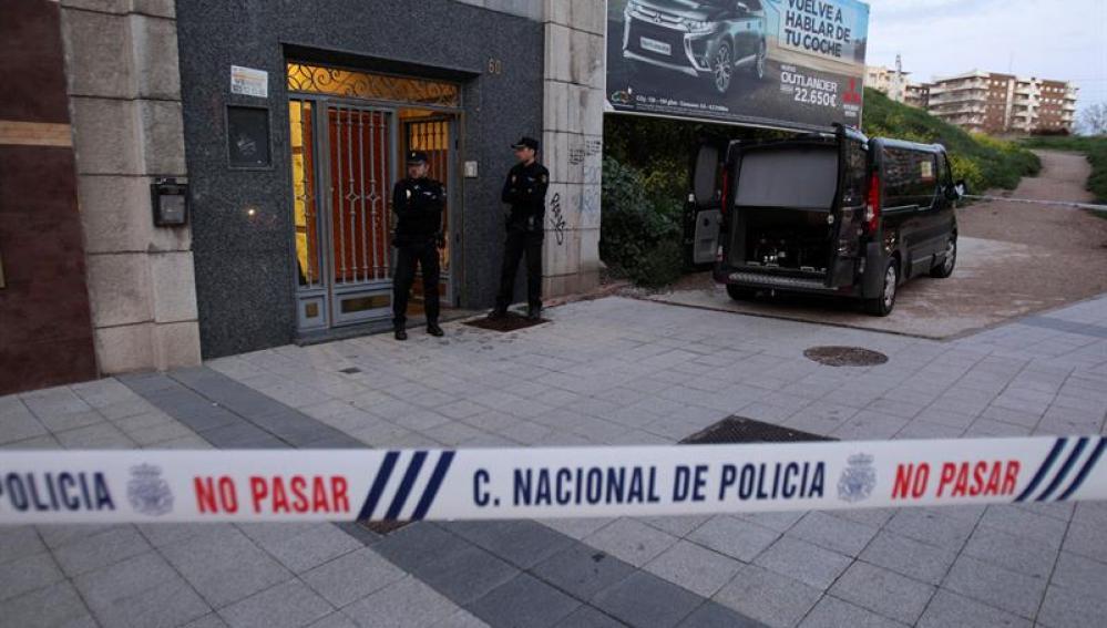 Agentes de Policía en el domicilio de la víctima