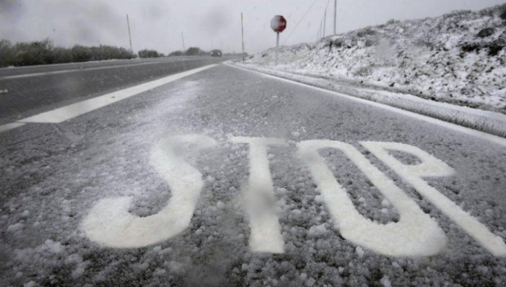 Una señalización de STOP cubierta por la nieve