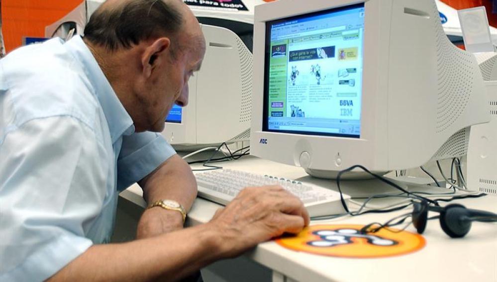 Un hombre consulta información en un ordenador