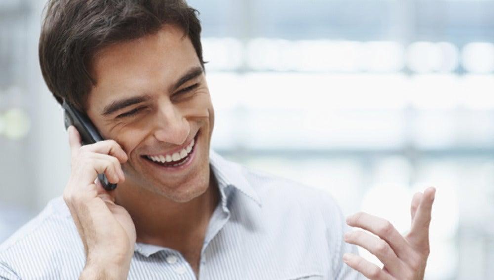 Imagen de un hombre hablando por telefóno