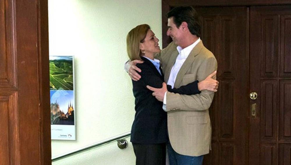 José Manuel Soria y María Dolores de Cospedal se abrazan