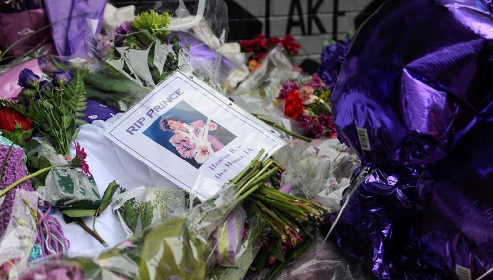Vista de flores y globos dejadas por varios fans de Prince