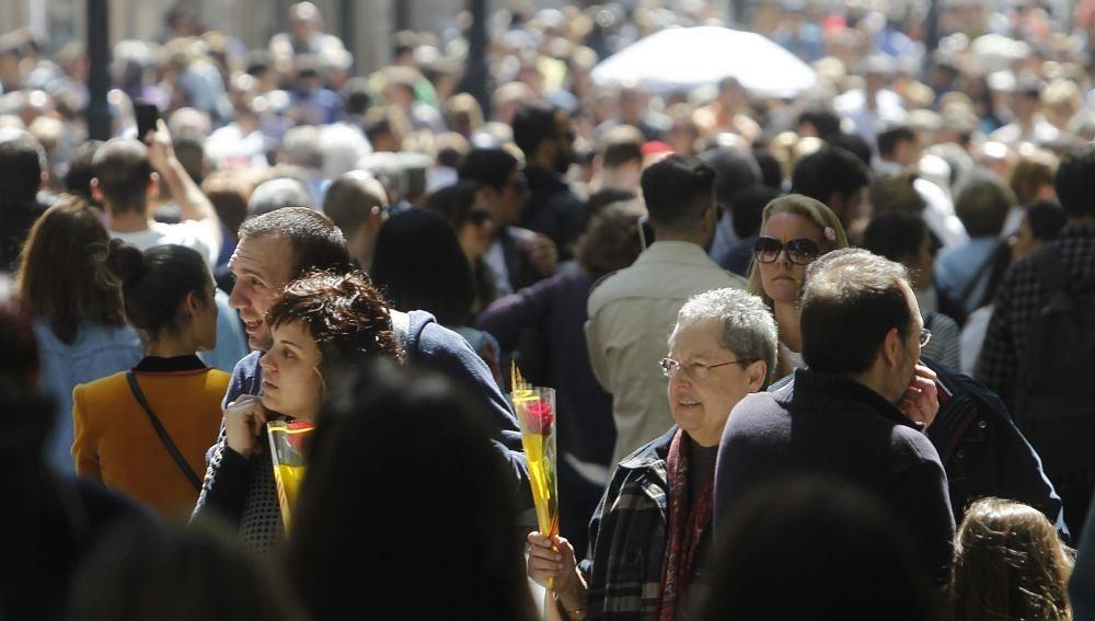 Numerosas personas en el portal del Ángel de Barcelona
