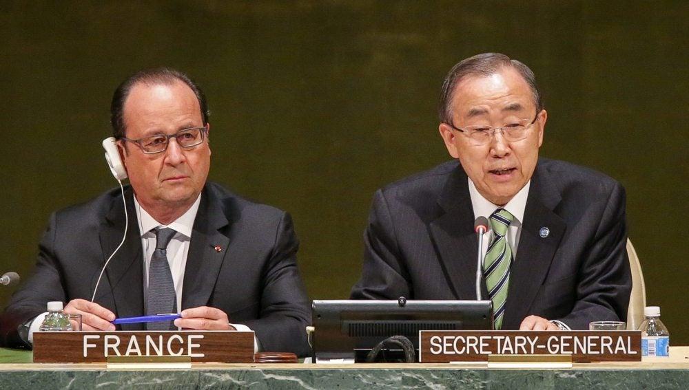 El presidente francés, François Hollande, y el secretario general de la ONU, Ban Ki-moon, durante la ceremonia