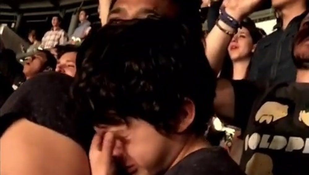 Niño emocionado al ver a Coldplay en directo