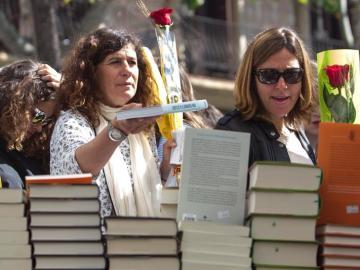 Mujeres con un libro y una rosa para celebrar Sant Jordi