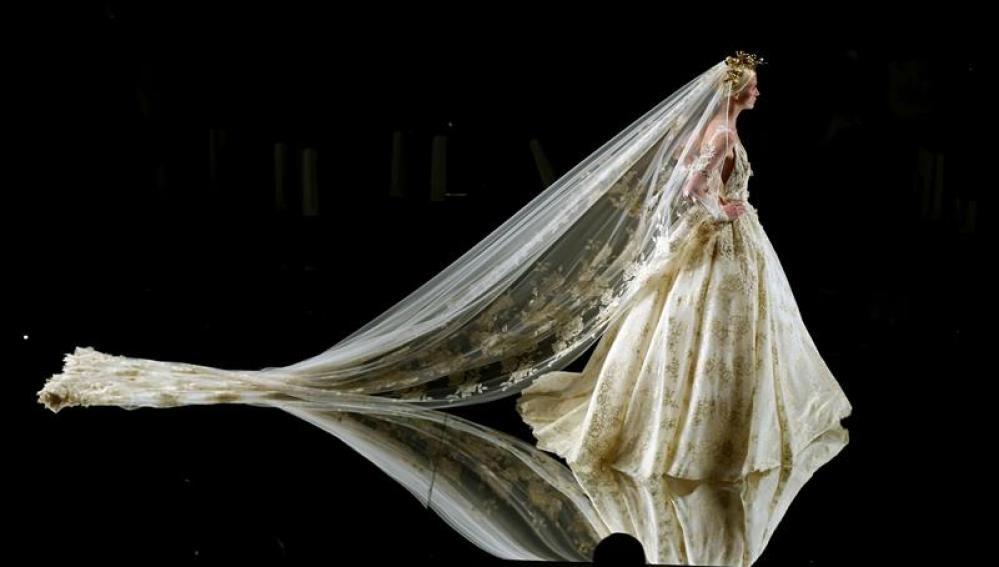Una modelo posa con un vestido de novia