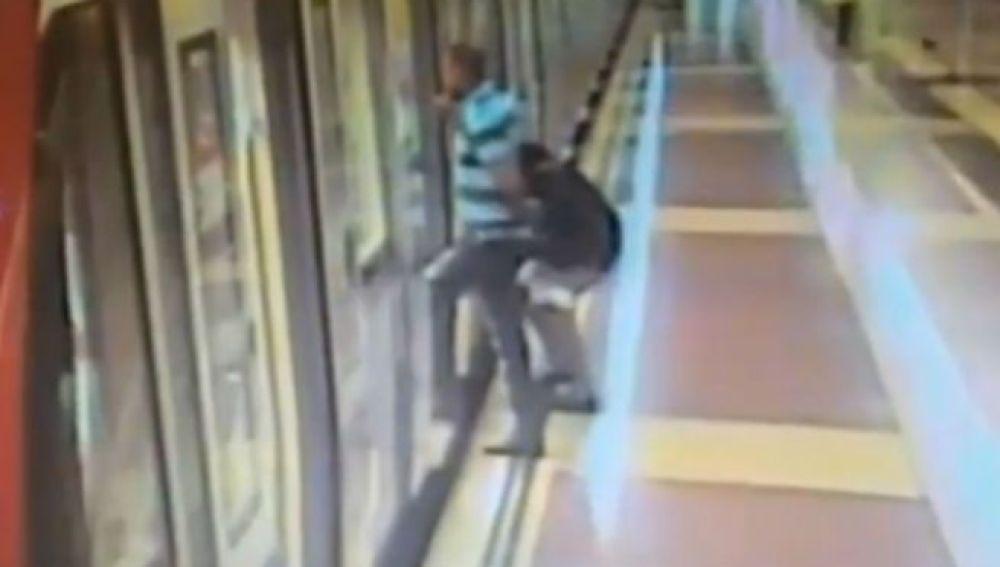 Mujer orinando en el Metro de Barcelona
