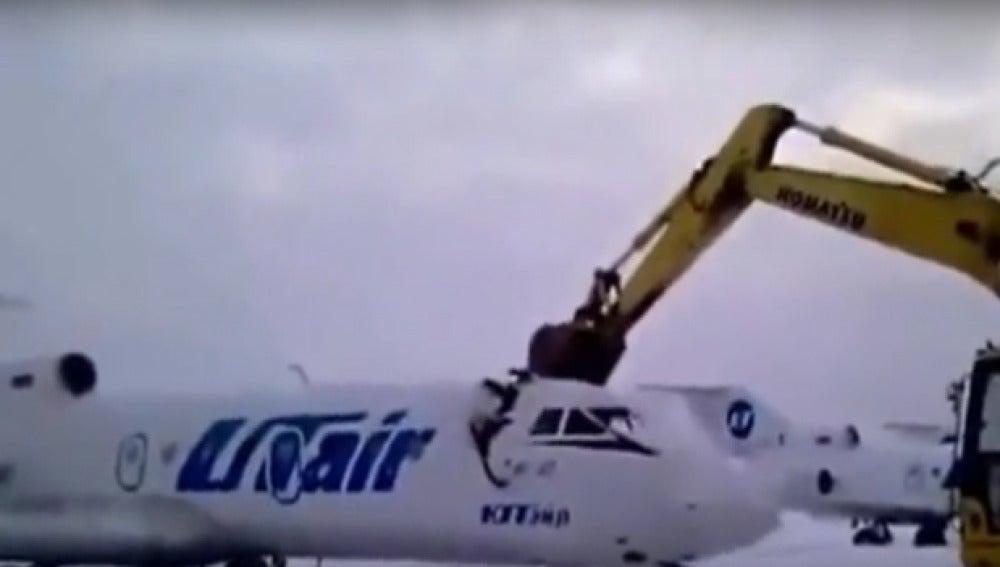 Imagen del momento en que la excavadora destroza el avión