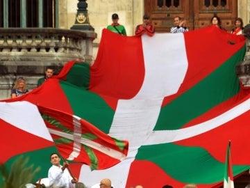 Un grupo de personas sostienen la Ikurriña