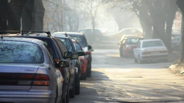 Coches aparcados en espera de sus dueños