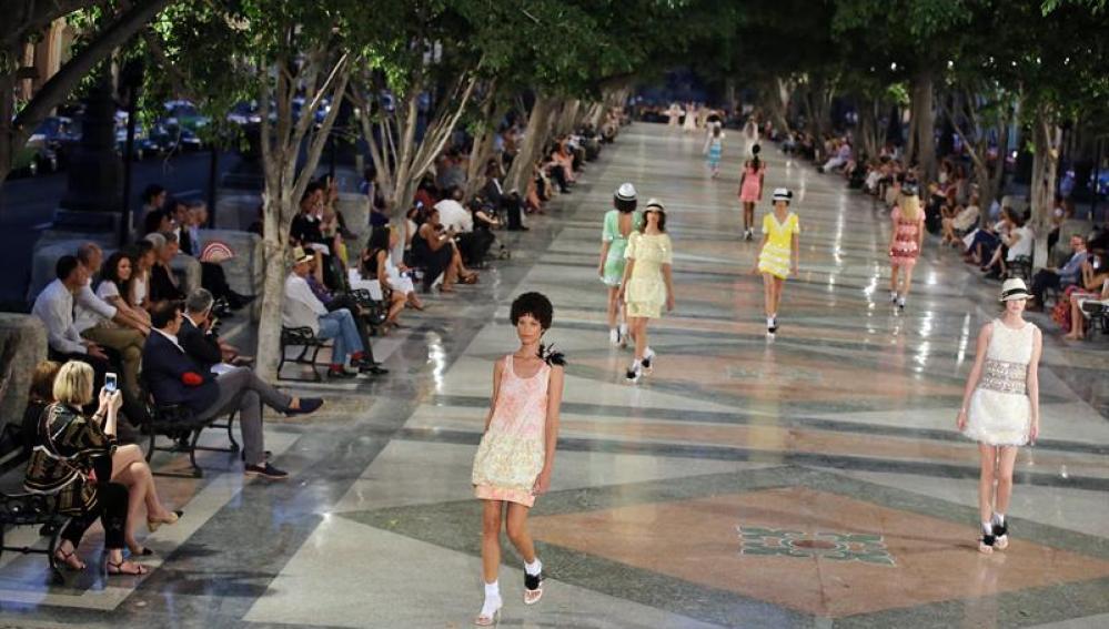 Modelos lucen prendas de la casa de moda Chanel