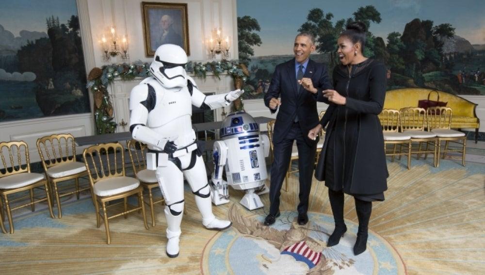 Obama y su esposa bailan con los personajes de 'Star Wars'