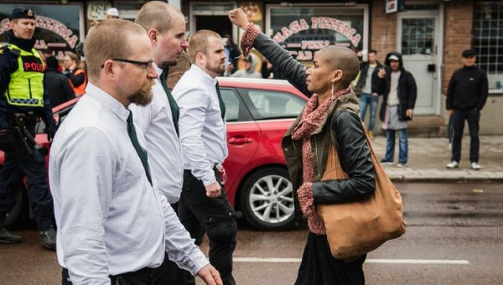 La joven negra se encaró con un grupo de manifestantes neonazis en Suecia