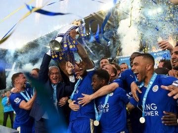 El Leicester levanta la Copa de campeón de la Premier League