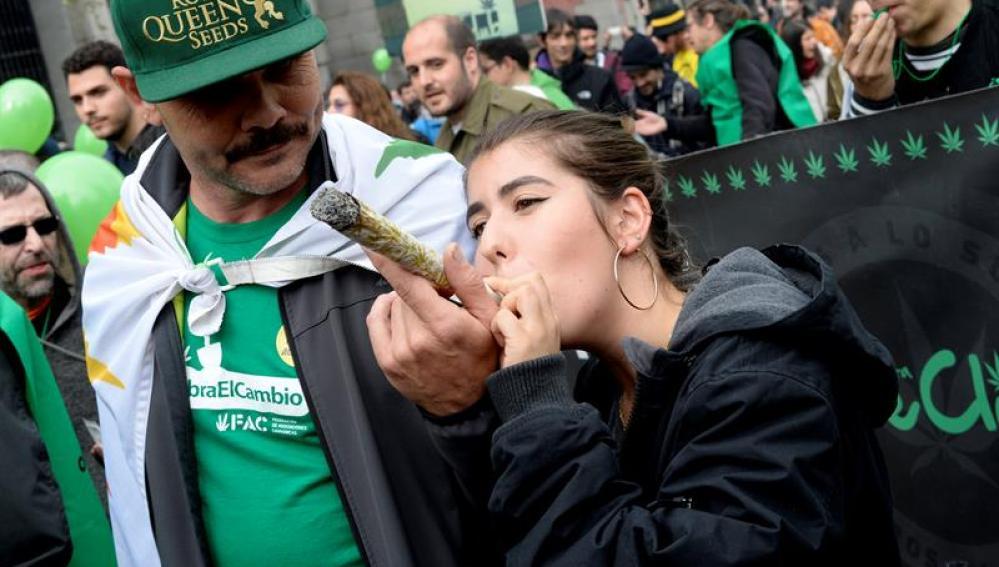 Unas mil personas piden en Madrid despenalizar y regularizar el consumo de cannabis