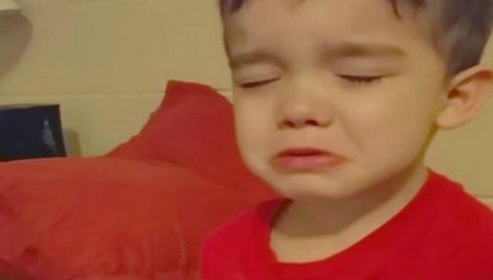 """La divertida reacción de un niño que entre lágrimas se niega a comer su cena por ser """"demasiado bonita"""" enternece a la red"""
