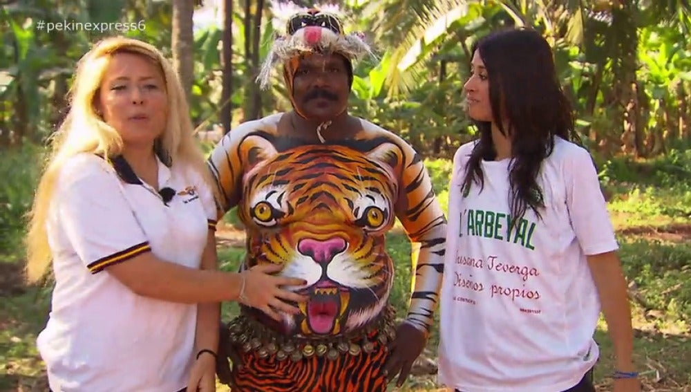 Vanessa y Andrea junto al 'hombre tigre'