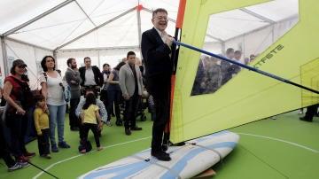 El president de la Generalitat valenciana, Ximo Puig, subido a una tabla de windsurf en el encuentro 'Primavera Educativa'