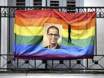 Una bandera arcoiris, en homenaje a Pedro Zerolo