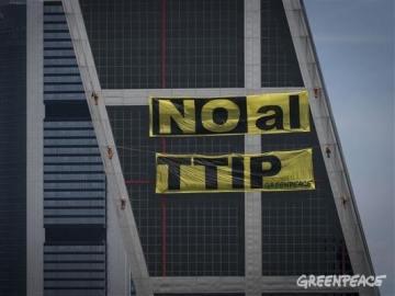 Pancarta de Greenpeace protestando contra el TTIP en las Torres Kio