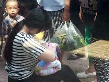 Imagen de la mujer amamantando al bebé