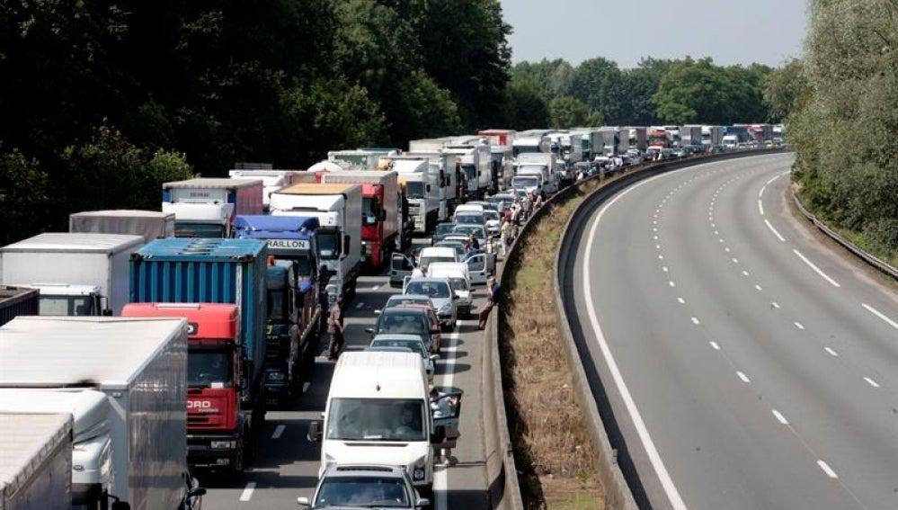 Un grupo de camioneros franceses del distrito de Nord-Pas de Calais bloquea una carretera durante una manifestación en las afueras de Lille