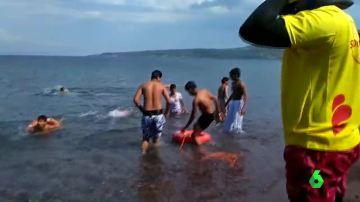 Menores afganos en el mar