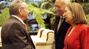 Margallo y Ana Pastor con Raúl Castro