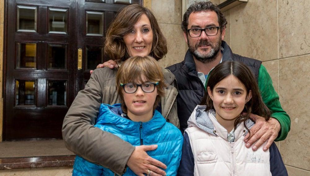 Marcos, el niño de 12 años con Síndrome de Down, posa junto a su familia