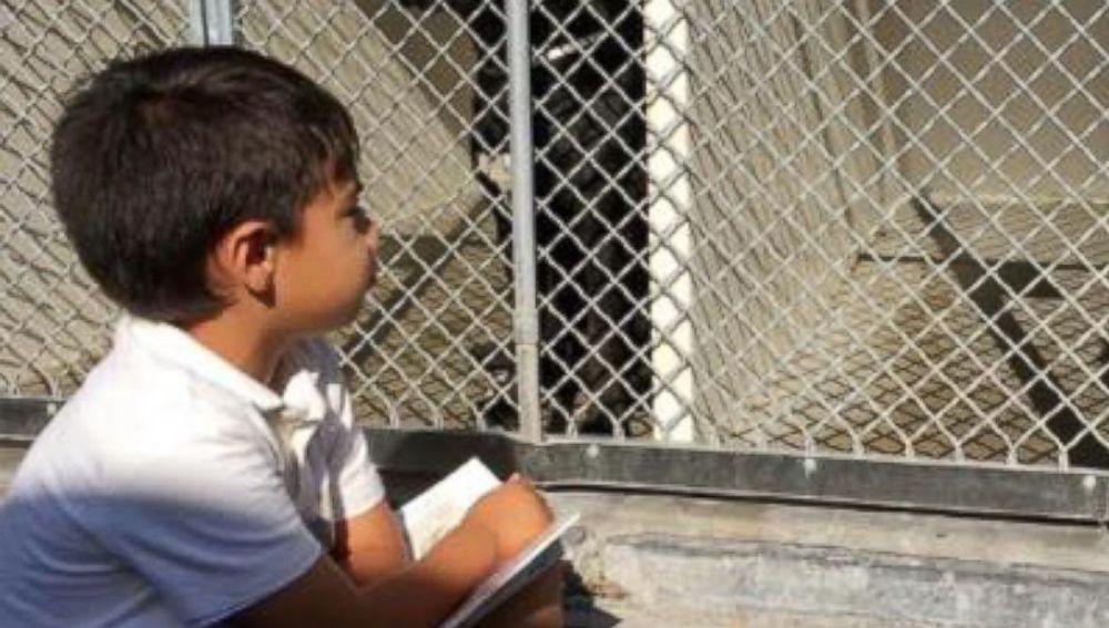 Jacob leyendo a un perro abandonado