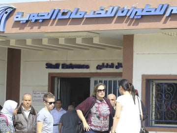 Familiares del avión estrellado en el aeropuerto de El Cairo