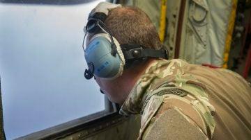 Oficial de la Marina británica realizando labores de rescate