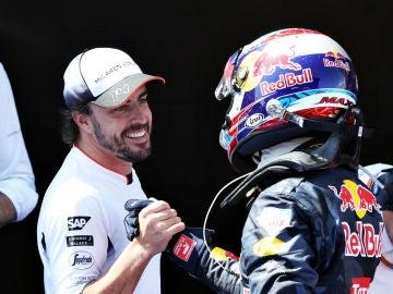 Alonso saluda  a Max Verstappen en Montmeló