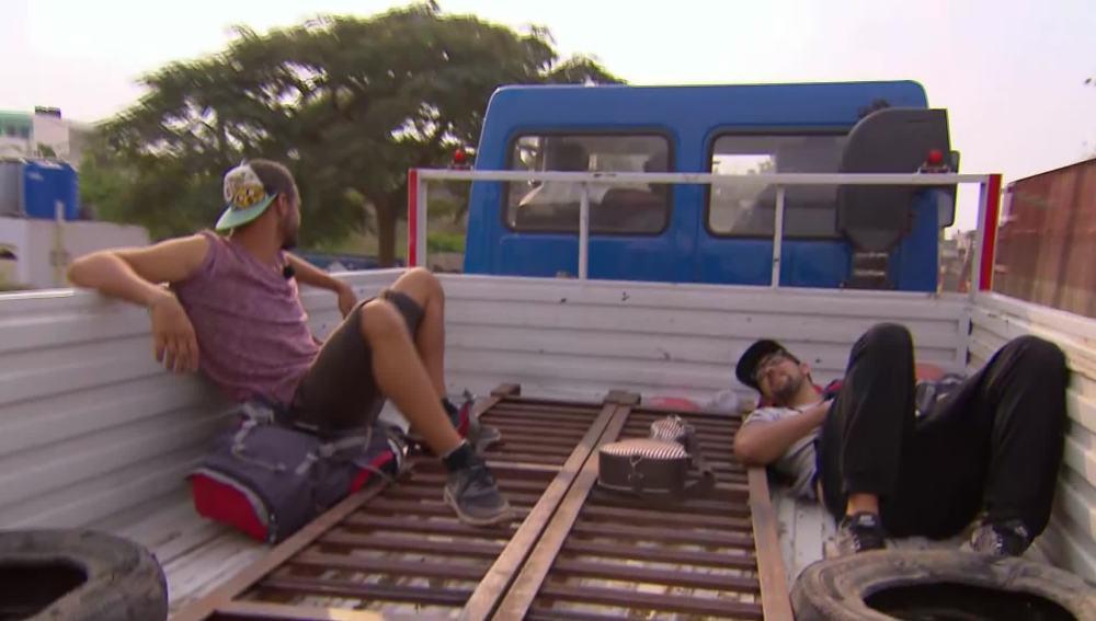 Nabil y Matías, en una camioneta