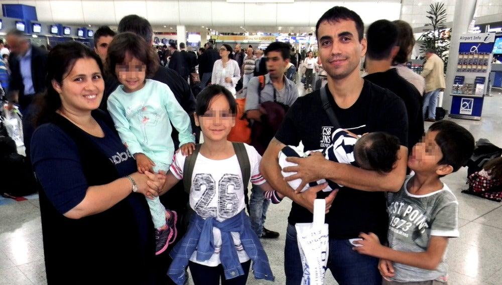 Nafia Bedredin,de nacionalidad iraqui, con su mujer y sus cuatro hijos