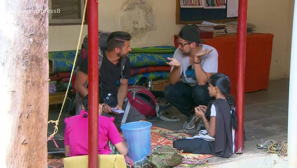Los primos frikis en el centro de la Fundación Vicente Ferrer