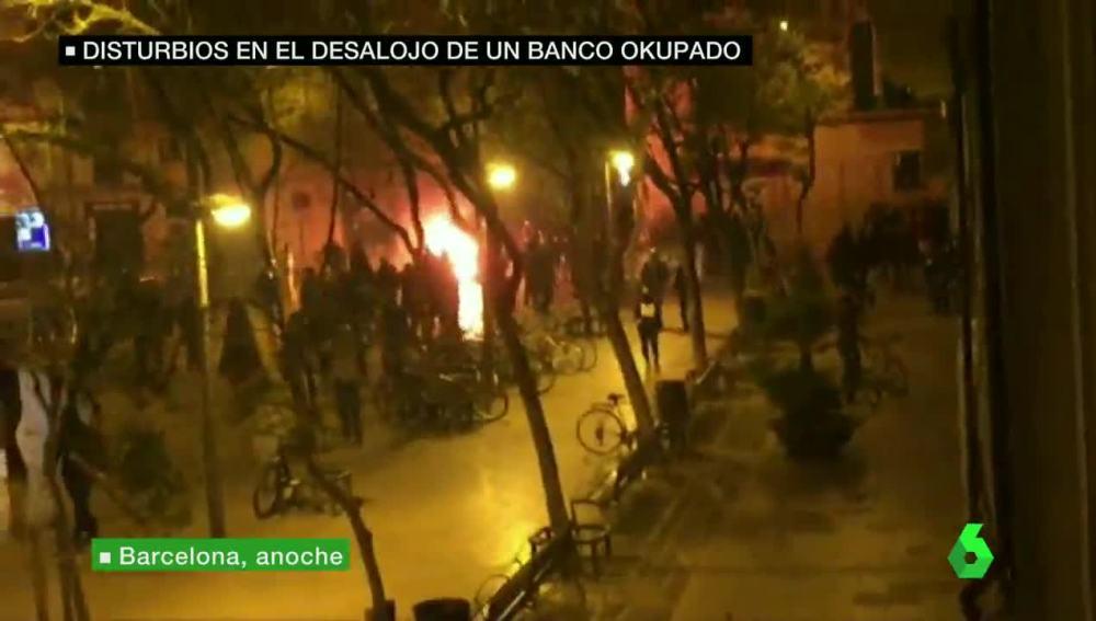 Disturbios en el desalojo de un banco okupado en Barcelona