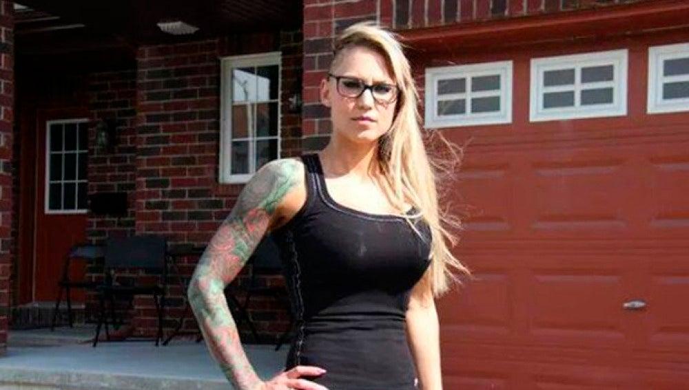 Jenna Vicchio en el exterior de su vivienda