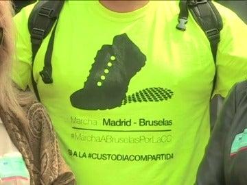 Frame 7.990226 de: Tras dos meses y 1.400 kilómetros a pie, llega a Bruselas para pedir la custodia compartida de sus hijas