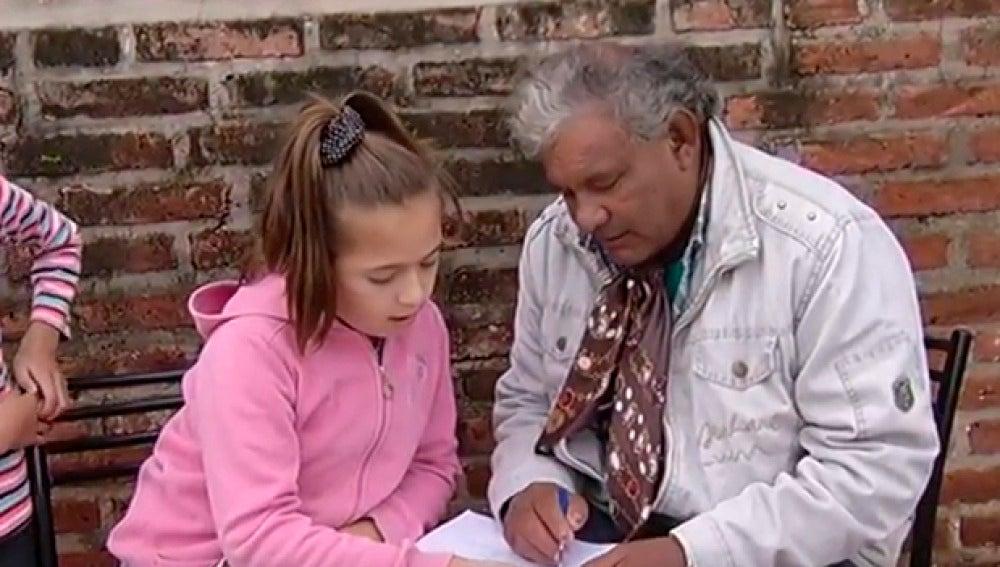 La pequeña maestra junto a su alumno