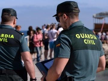Imagen de dos guardias civiles.