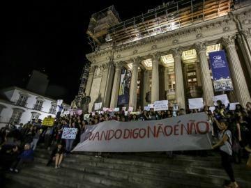 Activistas participan en una manifestación contra la violación de una adolescente por más de 30 hombres