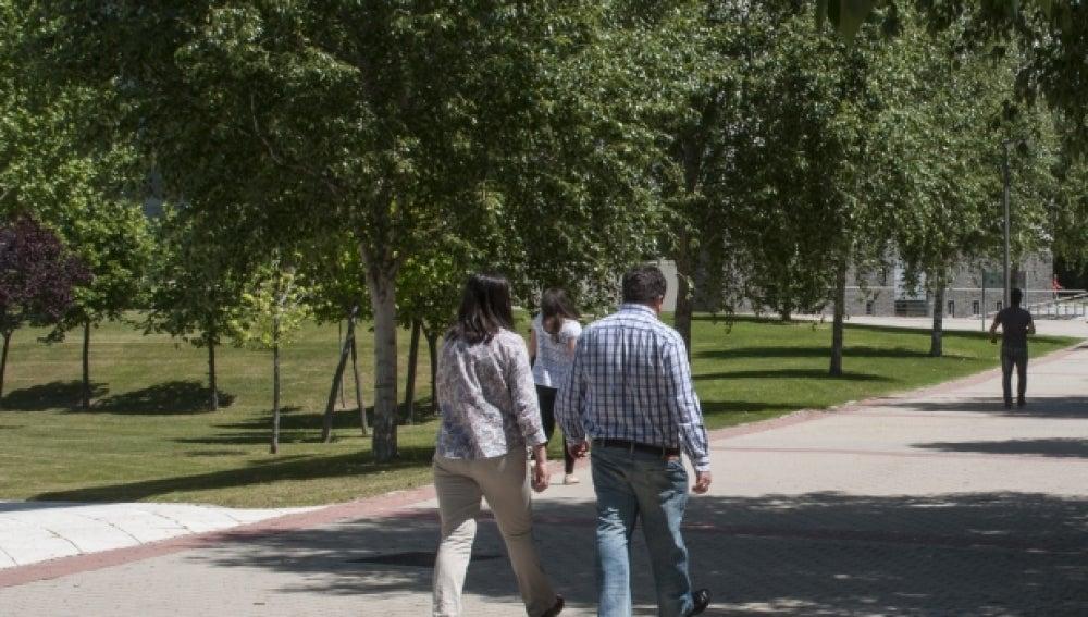 Dos personas caminando