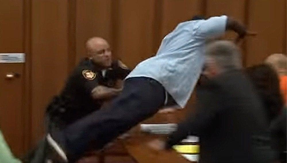 El padre de la víctima se lanza sobre el asesino de su hija.