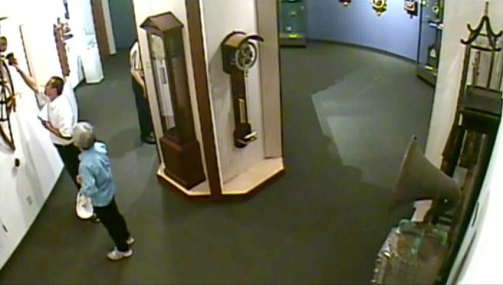 Frame 0.0 de: Un hombre toca repetidamente la pieza de un museo hasta que la tira y se rompe