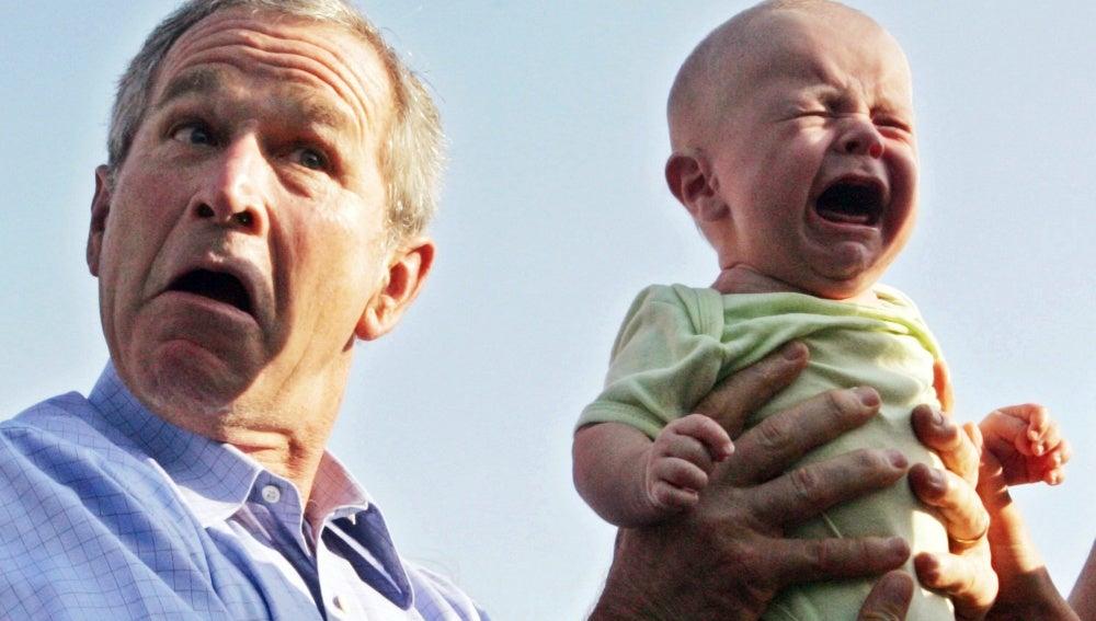 Geroge Bush cogiendo a un bebé que llora