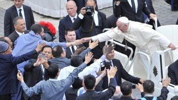 El papa Francisco saluda a los fieles tras oficiar una misa