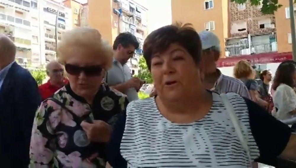 """Frame 0.612627 de: """"Socialista hasta la médula"""", el barrio donde Pedro Sánchez ha pedido el voto puerta a puerta"""
